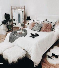 Nice 39 Cozy Winter Bedroom Decoration Ideas. More at https://homedecorizz.com/2018/01/02/39-cozy-winter-bedroom-decoration-ideas/