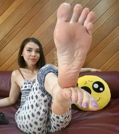 Back from the shadow ban ! Here to fight off evil do-ers 😈😈😈 lol. Just messing around. I'm feeling a little crazy today 😲 Cute Toes, Pretty Toes, Foot Pedicure, The Falling Man, Foot Reflexology, Foot Pics, Foot Love, Feet Soles, Sexy Toes