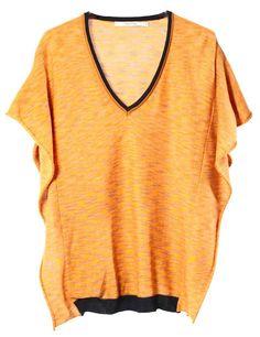 Pull souple et confortable, tricoté en « space-dye ». La coupe est droite avec des manches aspect kimono. Le biais de l'encolure et le bord cote sont bleu marine.