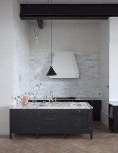 no overhead cupboards Plain English: Bespoke British Kitchen Design Comes to the US British Kitchen Design, Contemporary Kitchen Design, Interior Design Kitchen, Modern Interior, Kitchen Decor, Plain English Kitchen, English Kitchens, Black Kitchens, Cool Kitchens