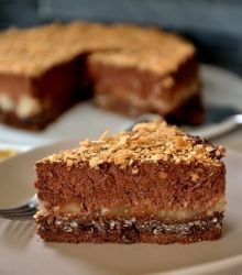 Pear-chocolate crunchy cake by christellefagot Pear And Chocolate Cake, Biscoff Cookie Butter, Cookie Recipes, Snack Recipes, Gravity Cake, Thermomix Desserts, Number Cakes, Party Food And Drinks, Sweets