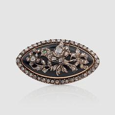 BROSCH MED BLÅ EMALJ SAMT ROSENSLIPADE DIAMANTER. Sent 1800-tal. Förgyllt silver. Längd 35 mm.