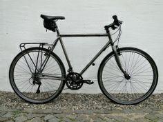 Auch ein Crossrad ist eine Möglichkeit für unsere Rahmen. Hier ein schönes Beispiel mit Shimano XT. Die Farbwahl des Kunden führte zur klaren Pulverbeschichtung auf dem rohen Rahmen. Hier sieht man sehr edel die handgelöteten Muffen unseres CrMo-Rahmens.