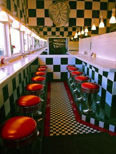 Here is my idea of the perfect retro diner flooring & color combo! Bar Retro, Vintage Diner, Retro Diner, Style Vintage, Vintage Design, 1950s Diner, Retro Style, Vintage Black, 1990 Style