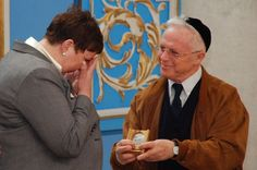 Member of the Commission for the designation of the Righteous Among the Nations, Holocaust survivor Dr. Ehud Loeb presenting the medal and certificate of honor to Małgorzata-Ana Gronek, granddaughter of Stanisław and Regina Świda, at the synagogue in Yad Vashem, 22 March 2012