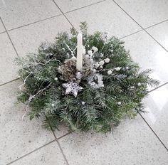 Na jedľovej čečine je umelý sneh dosiahnutý akrylovou farbou rozstreknutou starou zubnou kefkou. Lišajník okolo sviečky bol zase natretý trblietavým akrylom. Nechýbajú nabielo nafarbené korene a konáriky so smrekovcom. Umelá je vločka, kúsok striebornej reťaze a malé strieborné guľôčky. Sneh, Christmas Wreaths, Holiday Decor, Plants, Home Decor, Decoration Home, Room Decor, Plant, Home Interior Design