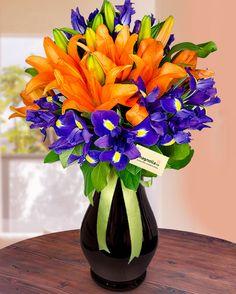 Buchet cu irisi si crini portocalii Church Flower Arrangements, Floral Arrangements, Beautiful Bouquet Of Flowers, Mom Day, Tropical Flowers, Flower Crafts, Flower Decorations, Simple Designs, Creative Design