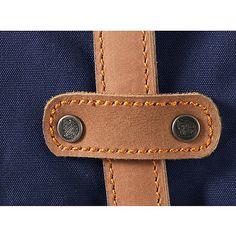 Rucksäcke / Taschen Rucksack No.21 large    Der Fjällräven Rucksack No. 21 large ist ein Reiserucksack im klassischen Fjällräven-Stil aus einer kräftigeren Variante unseres gewachsten G-1000-Gewebes. Mit klaren Linien und funktionellen Details überzeugt das Produkt. Das Hauptfach mit Schneefang wird von oben beladen. Im Innern befindet sich eine Tasche mit Bodenpolsterung für ein Notebook. Hier...