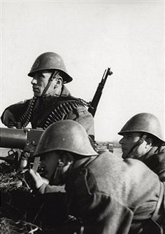 A patrol of the Romanian army being positioned with a heavy machine gun in the area of lower Kuban. Russia, February 1943 - pin by Paolo Marzioli Heavy Machine Gun, Machine Guns, History Of Romania, Eastern Front Ww2, Central And Eastern Europe, Total War, Military Diorama, Military Photos, Armed Forces