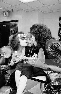 Gene Simmons and Paul Stanley in make-up and costume as members of rock group KISS. Get premium, high resolution news photos at Getty Images Kiss Rock Bands, Kiss Band, Kiss Images, Kiss Pictures, Beatles, Kiss Music, Gene Simmons Kiss, Vinnie Vincent, Eric Carr
