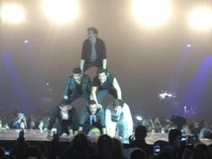 hahaha niall looks so happy to be on the top