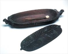 This waka huia (treasure box) contains a single huia feather. While the main purpose of waka huia was to hold these prized feathers, they were also used for other taonga (treasures). The intricate carving shows how important the boxes were. Polynesian People, Simple Wood Carving, Maori Designs, Maori Art, Wooden Jewelry Boxes, Bone Carving, Treasure Boxes, Abalone Shell, Ancient Art