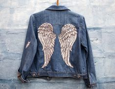 Angel Wings hand painted jeans jacket This beautiful jacket was painted with fabric paint that allows it to be machine washed on low temp. The size is medium,so it fits most ladies. We all wanna be angels,now we can :) Painted Denim Jacket, Painted Jeans, Painted Clothes, Hand Painted, Kleidung Design, Diy Kleidung, Custom Clothes, Diy Clothes, Jean Jacket Design