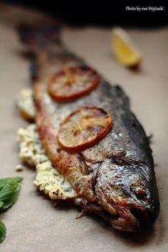 Pstrąg (cały) pieczony w piekarniku nadziewany cytryną, fetą i bazylią/Oven baked whole trout stuffed with lemon, feta and basil