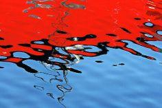 물에비친 배. 태극기.