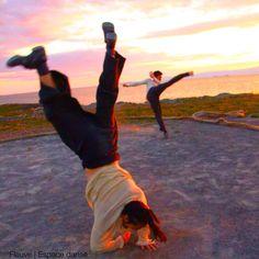 1.2.3 Les pieds dans l'eau. Danser sur l'infini de l'horizon.   Événement à Ciel Ouvert produit par Fleuve   Espace danse.  Crédit photo: Pilar Marcias Interprètes: Oliver Koomsatira et Masaharu Imazu.
