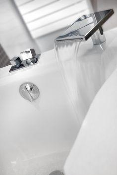 54M² / 4 PERSONNES Deux chambres séparées avec deux salles de bain, l'une avec douche l'autre avec baignoire, une double vasque, une simple vasque, un salon, possibilité de kitchenette, baie vitrée coulissante. Vue jardin depuis son bacon ou sa terrasse. Idéale pour un séjour en famille ou entre amis. Kitchenette, Sink, Simple, Home Decor, Bathtub, Shower, Couple Room, Sink Tops, Vessel Sink