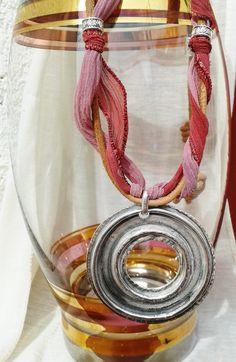 Collar, en bámbula seda color marsala pintada a mano, con cuero natural, y pieza central en zamak baño plata vieja.