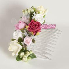 Grzebyk do włosów z kwiatuszkami jak żywe model G15  Przeźroczysty grzebyk o długości 6cm szerokości 4cm. Zdobiony kwiatuszkami z pianki wyglądającymi jak żywe. Grzebyki są idealnym rozwiązaniem gdy np.na przyjęciu komunijnym chcemy zdjąć dziecku wianuszek ale jednocześnie chcemy aby miało ozdobioną fryzurkę. Jeśli w białym tygodniu nie ma czasu na czesanie dziecka do wianuszka grzebyk również przyjdzie z pomocą. #fryzury #fryzura #włosy #wlosy #komunijne #komunijna