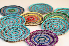 Free crochet coaster pattern, photo by Haakmaarraak. Crochet Kitchen, Crochet Home, Diy Crochet, Crochet Coaster Pattern, Crochet Patterns, Last Minute Christmas Gifts, Crochet Gratis, Quick Crochet, Crochet Potholders