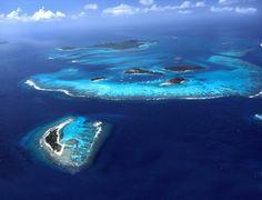 #Caraibes #IlesGrenadines . Situées en plein cœur de la mer des Caraïbes, les îles Grenadines pos-sèdent de magnifiques plages de sable blanc sur fond de mer bleue translucide. Véritable paradis pour les baigneurs et les plongeurs, l'archipel des Grenadines est un immense parc de navigation qui se prête parfaitement aux croisières à la voile en raison de ses fonds marins poissonneux et ses récifs coralliens. http://vp.etr.im/a0d4