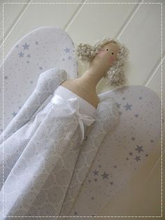 I love Tilda,especially this one! Sewing Dolls, Diy Doll, Cute Dolls, Diy Projects To Try, Doll Toys, White Dress, Angel, Quilts, Handmade