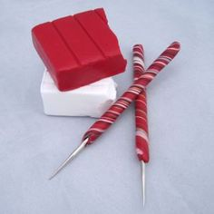 How to make polymer clay crochet hooks that look like peppermint sticks! Tutorial: How to cover crochet hooks with polymer clay to look like peppermint sticks. Polymer Clay Pens, Sculpey Clay, Polymer Clay Projects, Polymer Clay Creations, Diy Crochet Hook Handle, Crochet Hooks, Crochet Handles, Biscuit, Peppermint Sticks