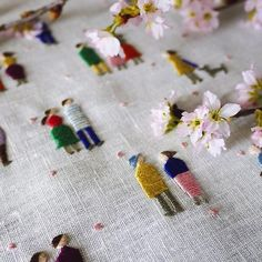 ミセス4月号が発売中です 今号の連載テーマは「花人」 サテンステッチでつくる小さな人々。 その周りには桜の花びらがひらひらと、、、。 #桜 #樋口愉美子の季節のステッチ #ミセス #連載