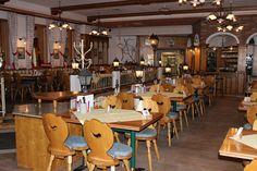 Das Gasthaus in Unterstein im Ortszentrum von Schönau a. Königssee bietet drei Gasträume mit insgesamt 90 Sitzplätzen und einen Veranstaltungssaal mit Bühne. Conference Room, Table, Furniture, Home Decor, Bayern, Meeting Rooms, Tables, Home Furnishings, Interior Design