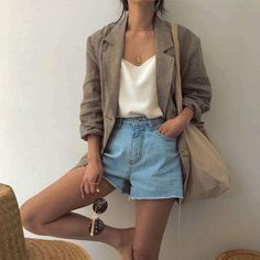 10 Zomer essentials voor in je kledingkast Spring outfit Summer outfit Outfit Jeans, Comfy Outfit, Look Fashion, Trendy Fashion, Womens Fashion, Fashion Spring, Trendy Style, Fashion Clothes, Fashion Boots
