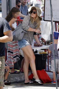 Hilary Duff - Shopping at the Farmers Market in Studio City, August Hilary Duff Style, Outfits and Clothes. Hilary Duff Legs, Hilary Duff Style, Ripped Denim, Denim Shorts, Curvy Celebrities, Beautiful Celebrities, Celebs, Celebrity Look, Mom Outfits