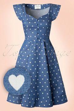 Dieses 50s Judy Hearts Swing Dress lässt unser Herz schneller schlagen!Dieses hübsche Kleid hat Bänder auf der Rückseite, eine Sweetheart-Halslinie, eine Reihe mit Stoffknöpfchen und ein Muster von niedlichen, weißen Herzchen... Liebe auf den ersten Blick! Hergestellt aus einem Baumwolle-Mix (nicht dehnbar) für eine schöne Passform in hellem Jeansblau. Judy hat unser Herz erobert! Kurze Ärmel B&a...