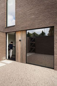 Tips For A Better Home Inside And Out - Useful Home Decor Ideas - ABS Bouwteam architectuur nieuwbouwproject moderne villa professioneel duurzaamheid totaalprojecten - Villa Architecture, Architecture Details, Minimalist Architecture, Brick Facade, Facade House, Design Exterior, Home Interior Design, Timber Cladding, Simple House