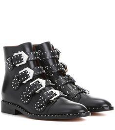 Givenchy - Ankle Boots Elegant mit Nieten - Die Elegant Ankle Boots von Givenchy sind mit ihrem Signature-Look aus schwarzem Glattleder mit silberfarbenen Schnallen und Mininieten an Riemen und Sohlenrahmen coole Power-Pieces, die Ihre Looks mit Grunge-Chic krönen. seen @ www.mytheresa.com