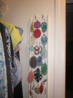 DIY Tutorial : hang a Rain Gutter Guard onto the wall of your closet to organize Earrings.