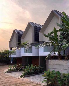 Ruma Setu, Jakarta Timur By AYYA Architects . Photograph by . Modern Townhouse, Townhouse Designs, Modern Tropical House, Tropical Houses, House Roof, Facade House, Modern House Plans, Modern House Design, Fasade Design