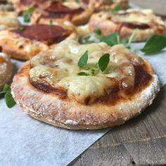 Ny uke og nye matpakker:) Glutenfri porsjonspizza er perfekt i matpakken og/- eller mellom trening eller andre aktiviteter. De kan fint fryses ned og tas opp ved behov. Vi har laget helt enkle pizzaer med tomatsaus, ost og spekeskinke, men du kan selvfølgelig velge akkurat det fyllet du ønsker. Oppskriften finner du nå på @pappautengluten 😉 #pappautengluten #kapersoliven #glutenfri #glutenfritt #pizza #aktiv #matglad #pappa #utengluten #cøliaki #cøliakiforeningen #godtfrabloggerne…