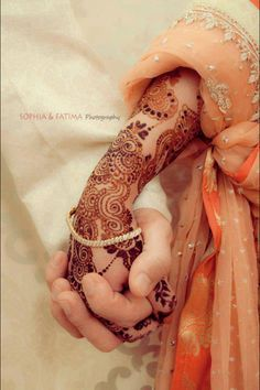 love both the mehndi and photo :) Wedding Photoshoot, Wedding Shoot, Wedding Couples, Cute Muslim Couples, Cute Couples, Tattoo Henna, Hand Pictures, Hand Pics, Couple Hands