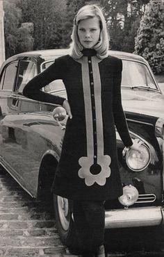 Pierre Cardin Jours de France - Automne Anyone else think this dress is a little. Fashion Mode, Mod Fashion, 1960s Fashion, Vintage Fashion, Womens Fashion, Vintage Couture, Ladies Fashion, Pierre Cardin, Retro Mode
