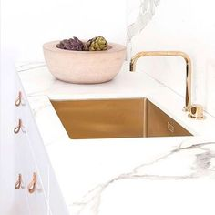A beautifully stylish look for a kitchen brass sink and tapwear white cabinets with leather tab pulls and a Dekton (in aura) countertop and splash-back Diy Bathroom Decor, Home Decor Kitchen, Kitchen Living, Kitchen Interior, New Kitchen, Home Kitchens, Kitchen Design, Brass Kitchen, Kitchen Fixtures