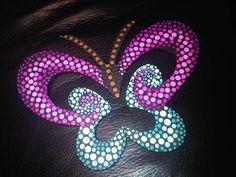 Mariposa puntillismo de Carolina VP Dot Art Painting, Mandala Painting, Pebble Painting, Stone Painting, Mandala Dots, Mandala Design, Rock Crafts, Crafts To Do, Arte Country