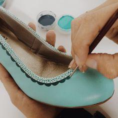 Wedding shoes ♥ Bride shoes ♥ Sapato de noiva ♥ #lapupa #bride #weddingshoes #shoes #handmade #handpainted #bride #vestidodenoiva #art #artshoes #brideshoes #weddingshoes #noiva #sapatodenoiva #wedding #inspiration #design #designshoes #bridal #bridalshoes #casamento #sapatos #sapato #pic #fotografia #photografy #savethedate #doll #dollshoes #tiffany #boneca #sapatodeboneca www.lapupa.com.br