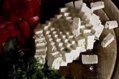 Jako neobvyklou snídani si může uvařit domácí kozí sýr z kozího mléka s pistáciemi. Tvarohový kozí sýr je velmi chutný a zdravý. Kozí sýr se skvěle doplňuje s cibulovým čatním nebo džemem.