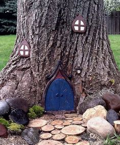 51 ideas fairy tree house kids A means of not overloading small garden spaces is the monochrome des… in 2020 Fairy Doors On Trees, Fairy Tree Houses, Fairy Garden Doors, Fairy Garden Houses, Gnome Garden, Small Space Gardening, Garden Spaces, Indoor Gardening, Deco Nature