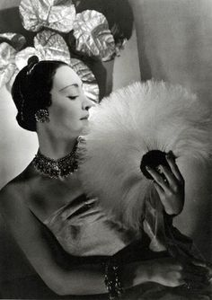 George Hoyningen-Huene - Mme Munoz wearing jewels by Cartier - 1932 Peter Lindbergh, Richard Avedon, Vintage Outfits, Vintage Fashion, 1930s Fashion, Classic Fashion, Vintage Wear, Vintage Beauty, Retro Fashion