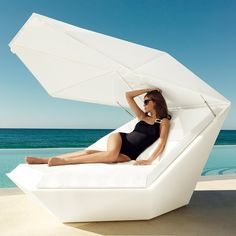 Stay cool in the sun with the vondom fan daybed with parasol in white perfect by the pool for hot days. Outdoor Loungers, Outdoor Seating, Outdoor Rugs, Outdoor Living, Outdoor Decor, Outdoor Daybed, Outdoor Spaces, Modern Garden Furniture, Pool Furniture