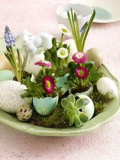 Easter Decorations 538672805416719008 - 60 Creative Ways to Decorate With Easter Eggs Family Holiday Source by Easter Flower Arrangements, Easter Flowers, Easter Centerpiece, Table Centerpieces, Spring Flowers, Happy Easter, Easter Bunny, Easter Eggs, Deco Floral