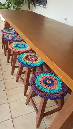 Bancos com capas de crochê by @amigasentrefios