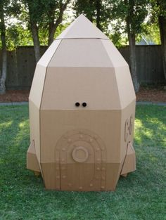 Amazing homemade cardboard rocket for hours of indoor or outdoor play and fun - lovia Cardboard Spaceship, Cardboard Rocket, Cardboard Playhouse, Cardboard Toys, Indoor Playhouse, Cardboard Castle, Cardboard Furniture, Rocket Birthday Parties, 4th Birthday