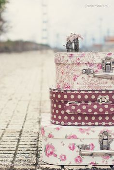 Gorgeous and so shabby chic are these unmatched pieces of vintage luggage. ~Cool~